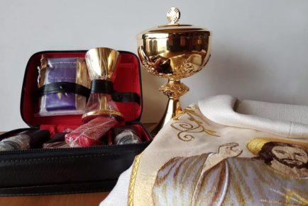 Wyposażenie kaplic misyjnych w szaty i naczynia liturgiczne